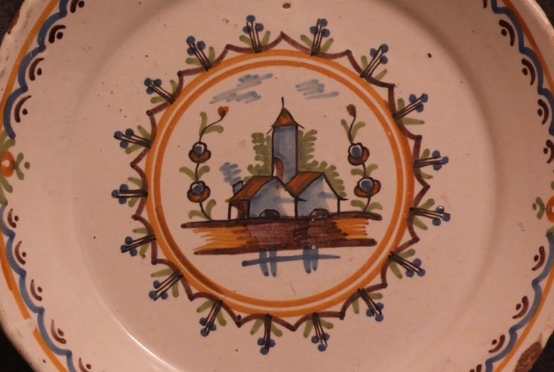 assiette-faience-decor-polychrome-eglise
